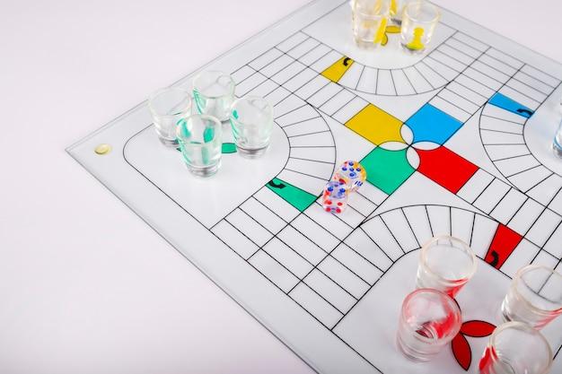 Jogo típico de parchis para festas de vidro no fundo do banco