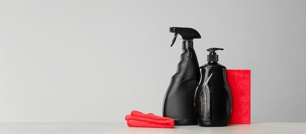 Jogo vermelho e preto de ferramentas e ferramentas para limpar a cozinha. superfície neutra.