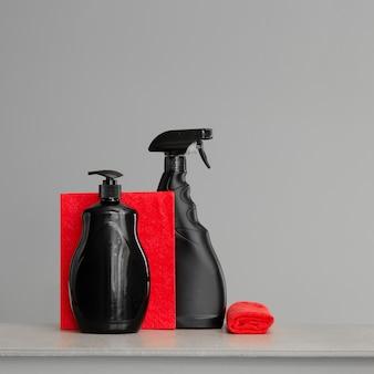 Jogo vermelho e preto de ferramentas e ferramentas para limpar a cozinha.