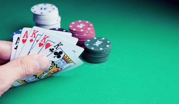 Jogos de azar. cartas em close para jogar pôquer em uma mesa de jogo em um cassino