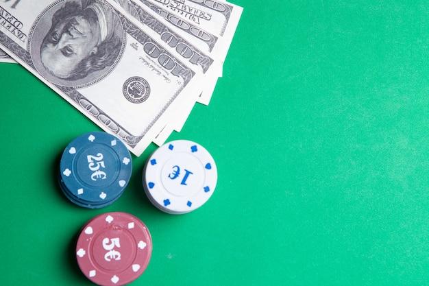 Jogos de azar . pôquer em uma mesa de jogo em um cassino