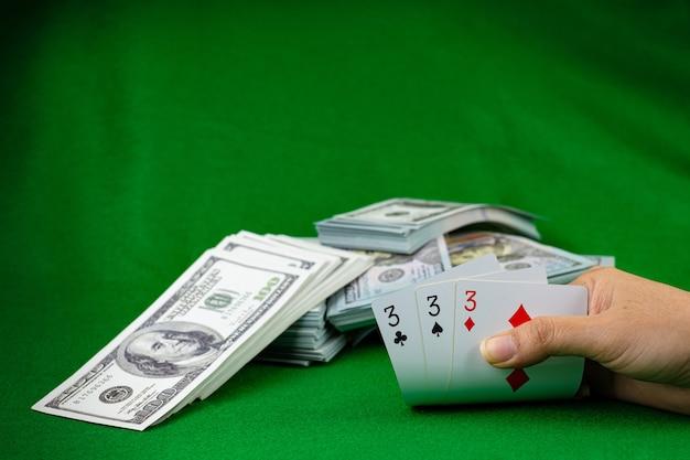 Jogos de cassino de pôquer e a pilha de notas de 100 dólares americanos