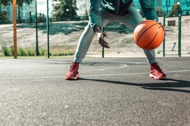 Jogos de desporto. close de uma bola de basquete laranja sendo usada para treinamento de basquete