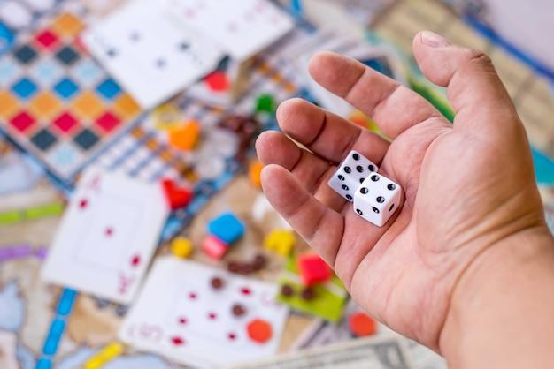 Jogos de tabuleiro, moedas, notas, dados e cartões