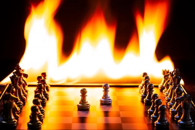 Jogos de xadrez, prateados e dourados, competem com muito calor