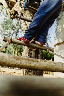 Jogos infantis ao ar livre arriscados para dar autonomia e confiança em si mesmo.