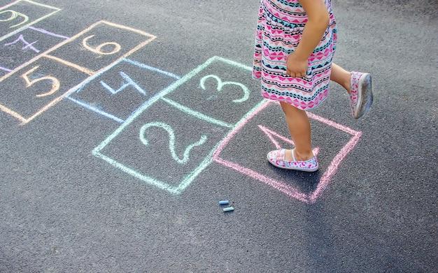 Jogos infantis de rua em clássicos. foco seletivo.