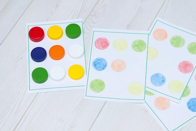 Jogos infantis feitos à mão com tampas plásticas para educação, aprendizado e habilidades motoras. artesanato para crianças.