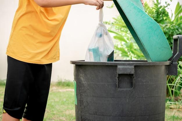 Jogue o lixo em sacos plásticos no lixo do jardim.