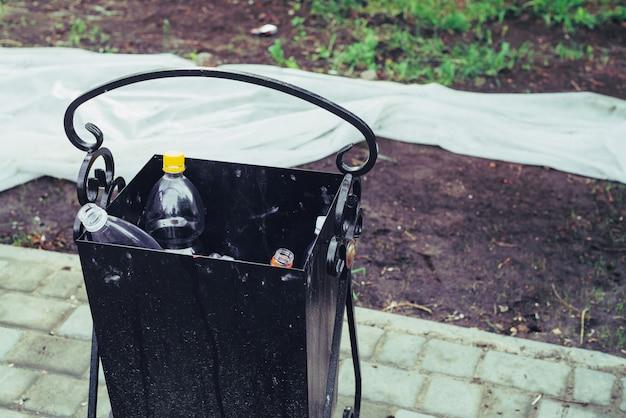 Jogue o lixo na cesta de lixo na rua.