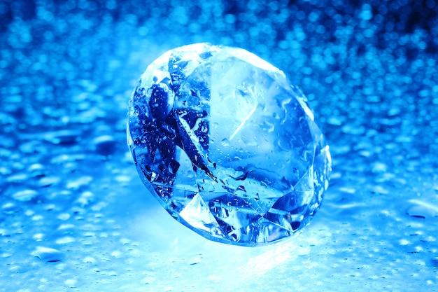 Jóia grande e bonita em luz azul