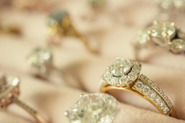 Joias anéis de diamante e brincos em caixa