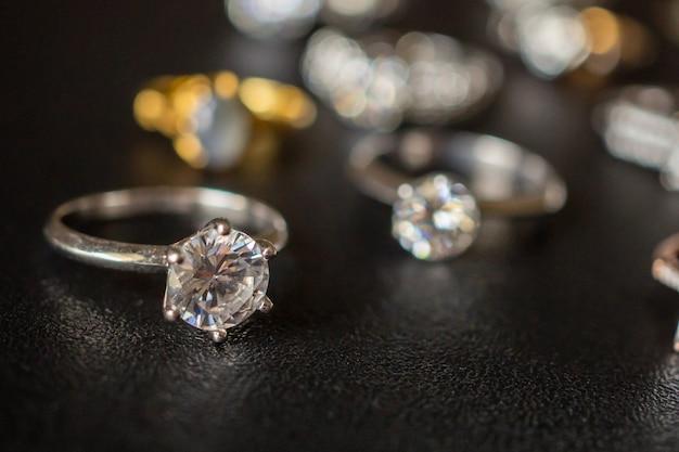 Joias com anéis de diamante em um fundo preto close-up