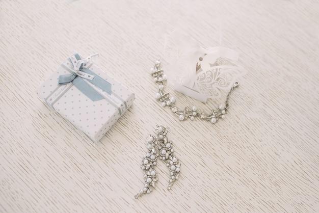 Jóias de casamento das mulheres (brincos, pulseiras) em um foco leve e seletivo