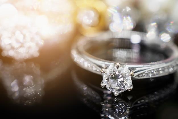 Joias de luxo anéis de diamante com reflexo no fundo preto