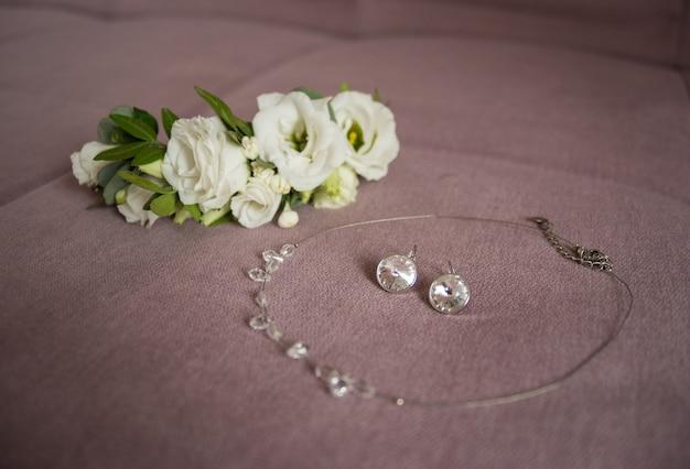 Jóias de noiva. colar, prendedor de flores, brincos