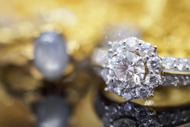 Joias de ouro de luxo anéis de diamante com reflexo no fundo preto