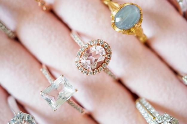 Joias de ouro e diamantes em caixa