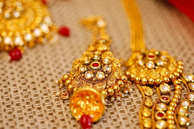 Jóias de ouro em caixa, colar
