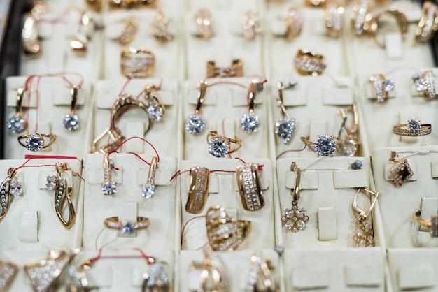 Joias de ouro em vitrine na loja de perto