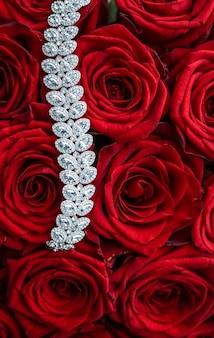 Joias de pedras preciosas para casamento, moda e conceito de compras de luxo, pulseira de diamante de luxo e buquê de joias de rosas vermelhas presente de amor no dia dos namorados e feriados românticos
