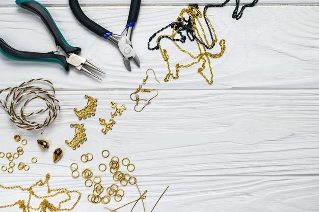 Jóias descobertas artesanais de composição artesanal com enfeites de miçangas alicates