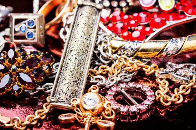 Jóias e bijuteria.