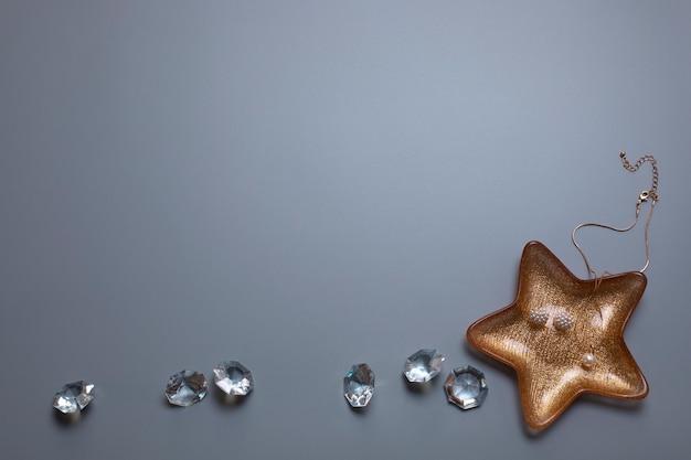 Joias e diamantes no fundo cinza espaço livre cópia espaço moda beleza pano de fundo