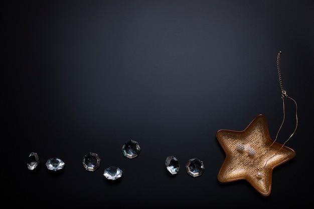Joias e diamantes no fundo preto espaço livre cópia espaço beleza da moda