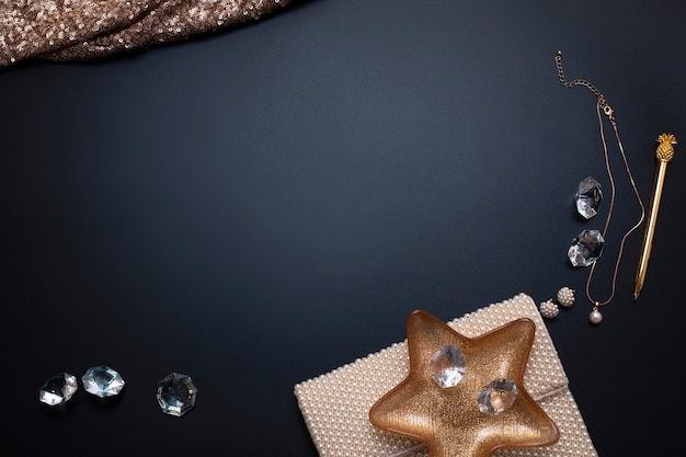 Joias e outros acessórios no fundo preto espaço livre cópia espaço beleza da moda