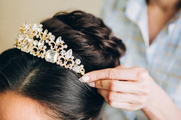 Jóias para cabelos. pente de cabelo dourado. penteado de casamento, cabelo escuro. trabalho de barbeiro