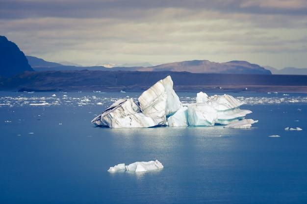 Jökulsárlón é um grande lago glacial no sudeste da islândia, à beira do parque nacional vatnajökull. situado no topo da geleira breiðamerkurjökull.