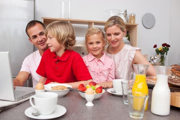 Jolly família tomando café da manhã juntos