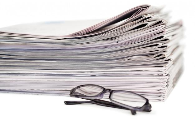 Jornais e óculos negros