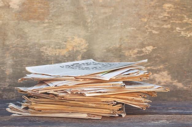 Jornais e revistas sobre fundo de madeira velho. imagem tonificada.