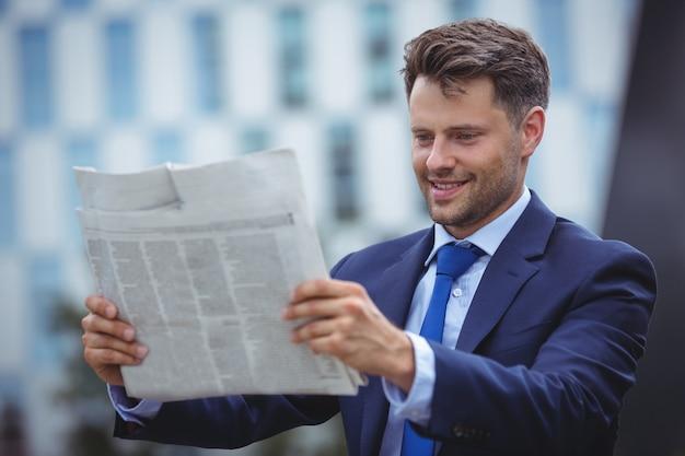 Jornal considerável da leitura do homem de negócios