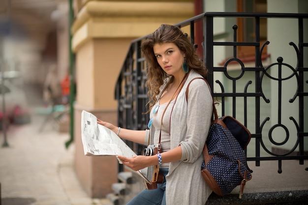 Jornal da leitura da menina do turista na rua.