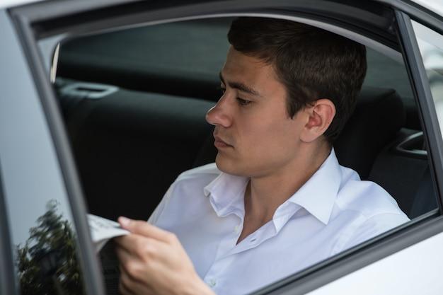 Jornal de leitura de carro empresário