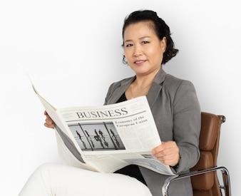 Jornal de leitura de mulher de negócios asiáticos