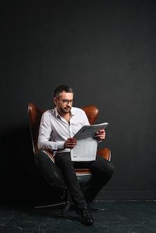Jornal de leitura do empresário bonitão.