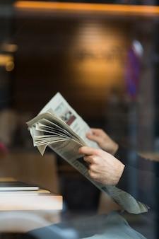 Jornal de leitura do homem de negócios close-up