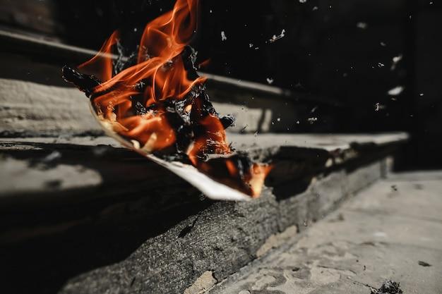 Jornal está queimando ao ar livre nas escadas