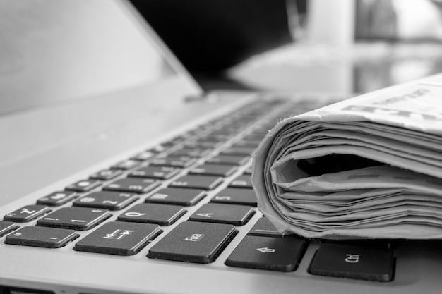 Jornal impresso no teclado do notebook
