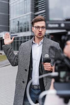 Jornalista de alto ângulo filmando