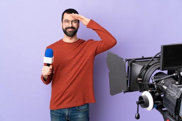 Jornalista de tv ou repórter com microfone e câmera de vídeo