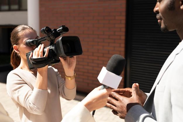 Jornalista entrevistando um homem