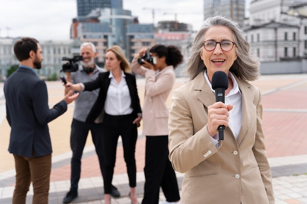 Jornalista feminina contando a notícia