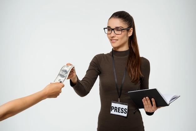 Jornalista mulher recebe suborno, leva dinheiro