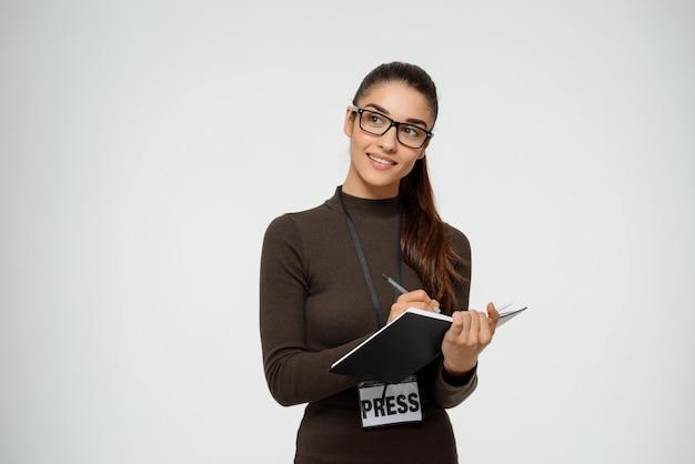 Jornalista mulher tendo entrevista sobre comunicado de imprensa