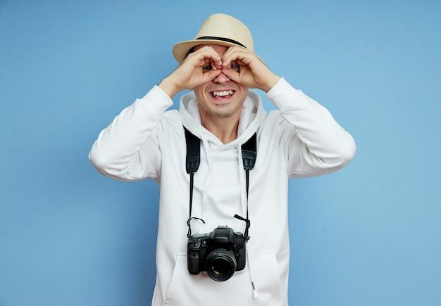 Jornalista paparazzi homem olha para longe procurando uma sensação